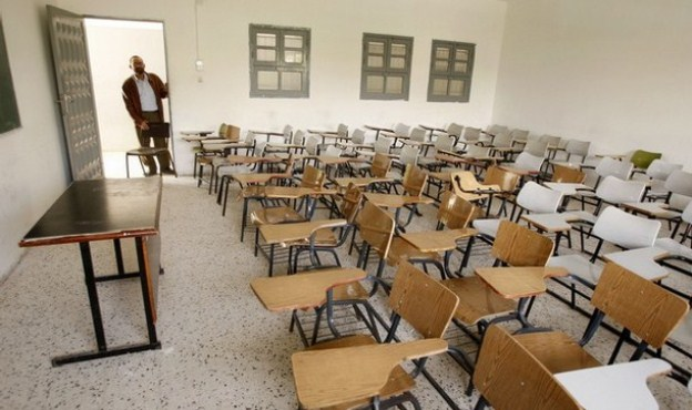 An empty classroom is seen in al-Aqsa University in Gaza April 15, 2008. Two major Gaza universities suspended classes on Tuesday, saying a fuel crisis in the Hamas-controlled territory was making it difficult for students to travel to school. REUTERS/Mohammed Salem (GAZA)